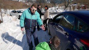 Τοποθέτηση αντιολισθητικών αλυσίδων σε αυτοκίνητο